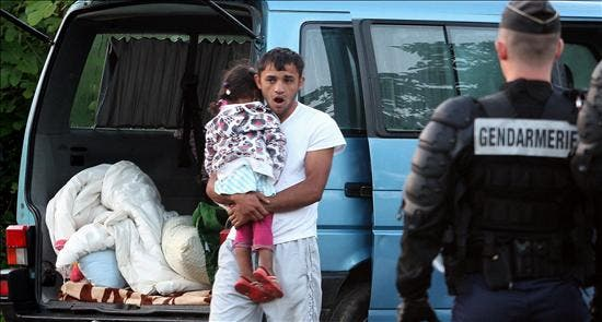 Sale de Francia el primer centenar de gitanos deportado a Bucarest