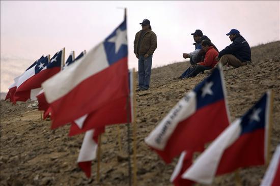 La sonda supera los 700 metros sin contactar a los obreros atrapados en la mina chilena