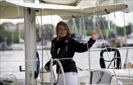La niña navegante Laura Dekker inicia su vuelta al mundo en solitario
