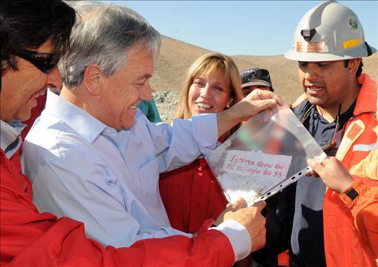Los 33 mineros atrapados desde hace 17 días en una mina en Chile están vivos