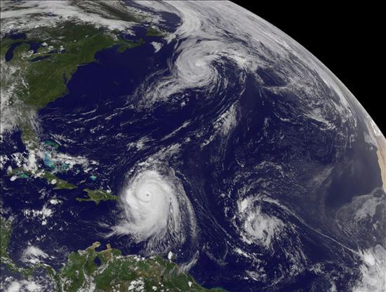 """El peligroso huracán """"Earl"""" se aleja del Caribe"""