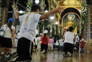 """Cientos de miles de costarricenses peregrinan para ver a """"La Negrita"""""""