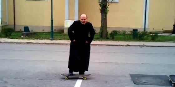 Sacerdote predica sobre un skateboard y es la sensación de YouTube