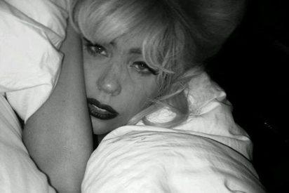 Lady Gaga en su Twitter: pintada hasta en la cama