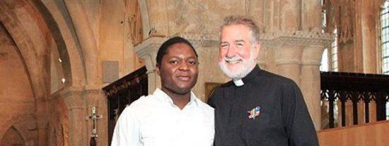 Sacerdote británico anuncia su boda con un modelo nigeriano