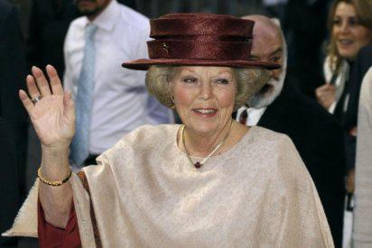 La reina Beatriz pide información sobre las conversaciones para formar gobierno