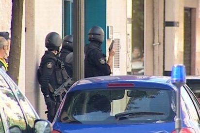 Policía detiene tras hora y media al atracador de un banco en Valencia, que está herido, y libera a 3 rehenes