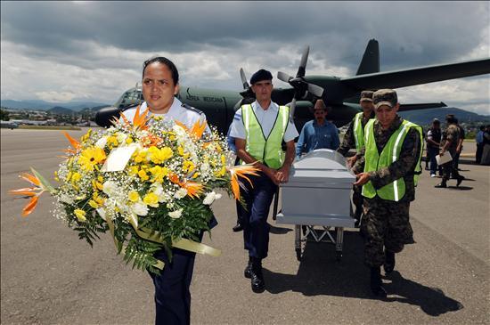 Honduras recibe con dolor a las víctimas de la matanza y el Gobierno reprende a Correa
