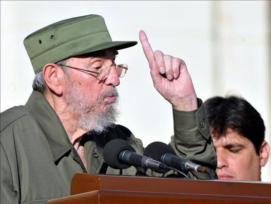 Fidel Castro reaparece de verde olivo en un acto masivo para hablar del peligro nuclear