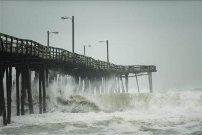 """La costa este de EE.UU. se relaja al ver pasar a un huracán """"Earl"""" debilitado"""