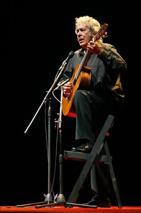 """Paco Ibáñez se considera a sus 75 años un """"repartidor"""" de poemas y canciones"""