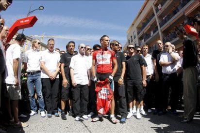 Moncoutie y Antón dedican la etapa y el liderato a Txema González