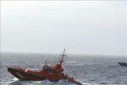 Detenidos doce ocupantes de una patera, seis menores, que llegó a Lanzarote
