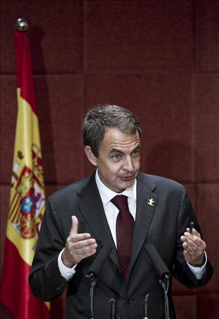 Zapatero se ata al timón de la crisis