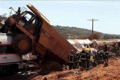Dos muertos, un herido grave y doce leves tras arrollar un tren a un camión