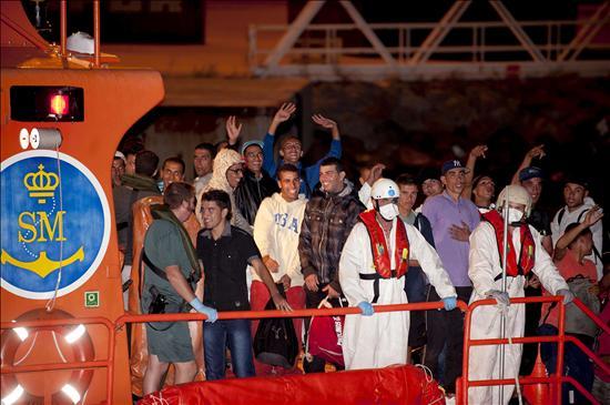 Salvamento Marítimo rescata una patera con 37 inmigrantes cerca de Alborán