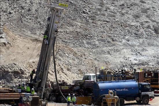 Las máquinas de rescate continúan su avance hacia los mineros atrapados en Chile