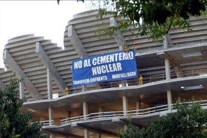 Ecologistas colocan una pancarta en contra del ATC de Zarra en el nuevo Mestalla