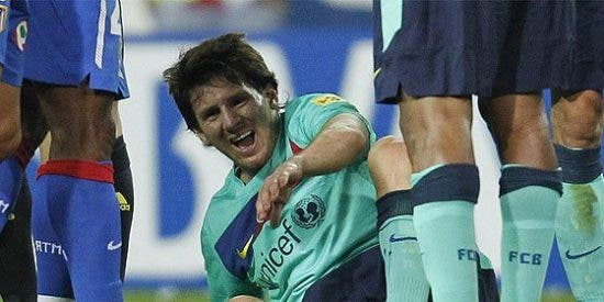 Fernández Borbalán no mostró ni amarilla por una entrada de Alves idéntica