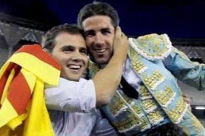 Los aficionados de La Monumental sacan en hombros a los diputados Albert Rivera (Ciudadanos) y Rafael Luna (PP)
