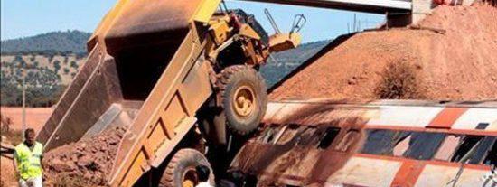 Dos muertos y 13 heridos al colisionar un tren de viajeros a un camión en Badajoz