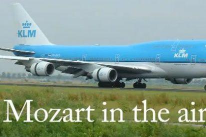¿Qué hacer si tu avión tarda en despegar y viaja contigo una orquesta de cámara? Pues animarles a que den un concierto