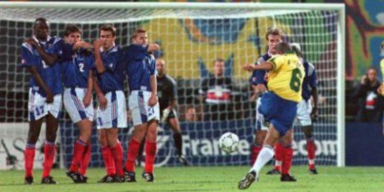 Con la magia intacta: Roberto Carlos repite su 'gol imposible' ante Francia y desafia las leyes de la física
