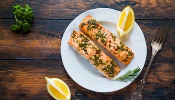 salmón al horno con mantequilla de ajo y perejil