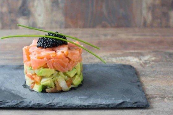 Tartar de salmón ahumado y aguacate fácil馃