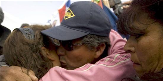 Familiares estallan en vítores y llantos al saber que el conducto está terminado