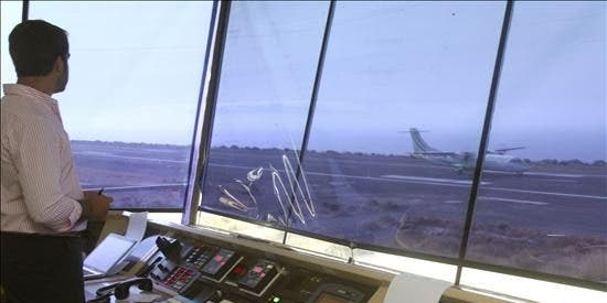 Fomento dice que hay demoras en los vuelos por culpa de los controladores