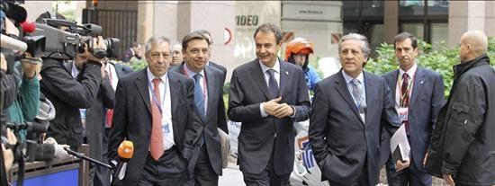 Zapatero advierte de que queda un camino difícil y largo para reducir el paro