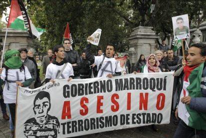 Unas 50 personas bajo la lluvia en protesta por la muerte del niño saharaui