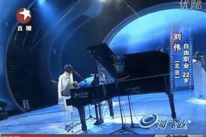 Un pianista sin brazos gana un concurso de talento