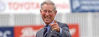 Carlos de Inglaterra necesita ayuda para sentarse