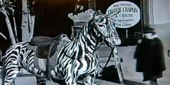 Descubren en una película de Chaplin de 1928 a una mujer con un ¿teléfono móvil?
