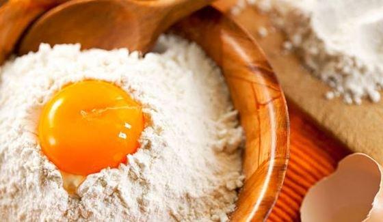 mezclar huevos con la harina