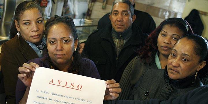 Los inmigrantes en paro podrán renovar los papeles si sus parejas trabajan