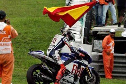 Jorge Lorenzo destroza la bandera española durante la celebración del Mundial de MotoGP