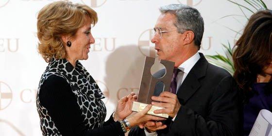 Álvaro Uribe, ex presidente de Colombia, es distinguido en España