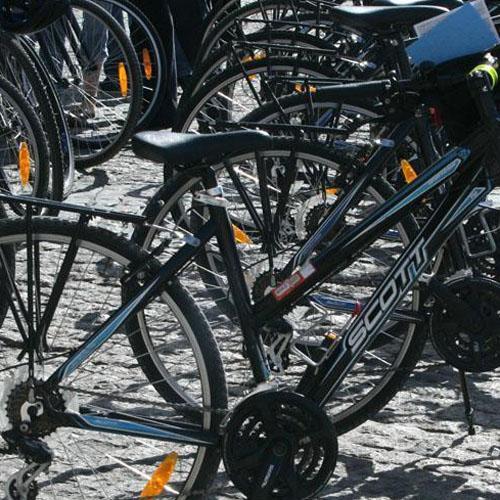 Los ciclistas deben circular con luces y reflectantes