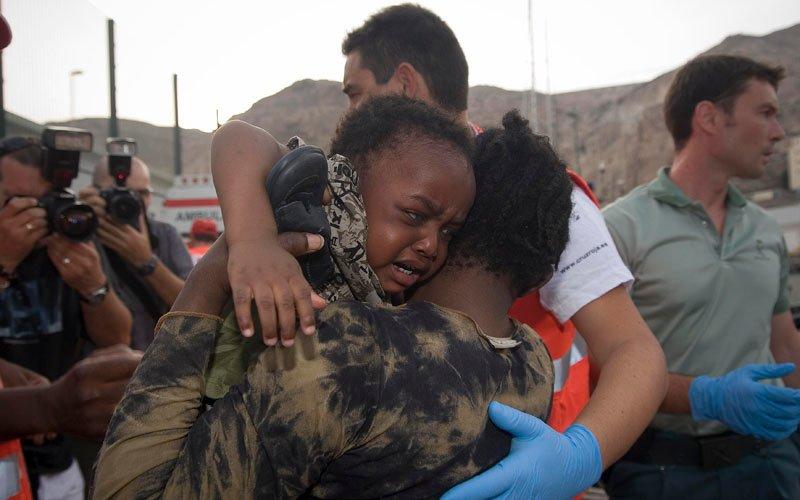Llegan al Puerto de Tarifa (Cádiz) 40 subsaharianos en patera, tres de ellos niños y tres bebés