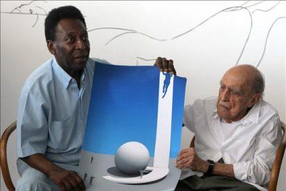 """Óscar Niemeyer entrega diseño de escultura en homenaje al """"inolvidable ídolo"""" Pelé"""