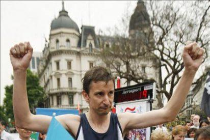 Un argentino corre 13 horas sobre una cinta con fines benéficos pero no logra el récord