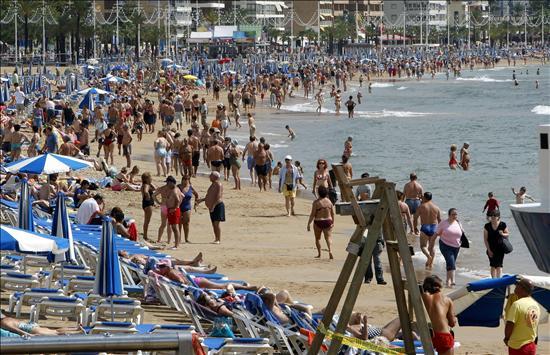 """Benidorm abre sus playas """"parceladas con cuerdas"""" que delimitarán áreas de 4 x 4 metros para asegurar el distanciamiento social"""