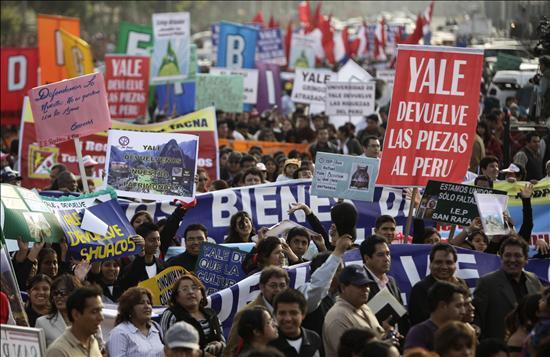García lideró en Lima una marcha que pidió a Yale devolver las piezas de Machu Picchu