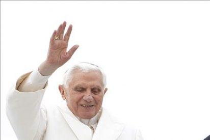 El Papa exhorta a España a dar pujanza a sus raíces cristianas, al pisar suelo compostelano