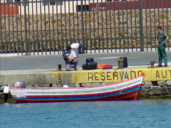 Rescatan una embarcación a la deriva en el Estrecho con cinco inmigrantes