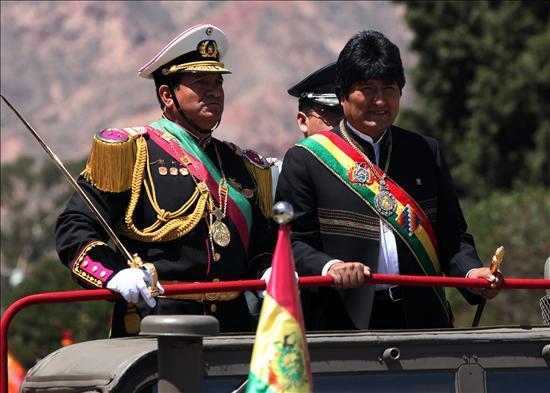 El Ejército Bolivia se declara socialista y antiimperialista, como pidió Morales