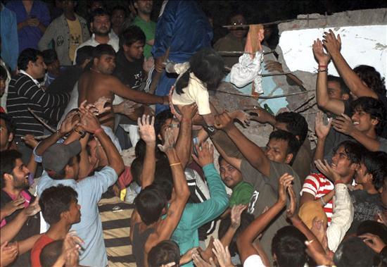 Al menos 55 muertos y 80 heridos en el derrumbe de un edificio en Nueva Delhi